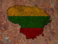 Karte und Fahne von Litauen auf rostigem Metall - Map and flag of Lithuania on rusty metal