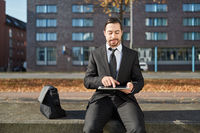 Mann tippt auf Touchscreen eines Tablet PC