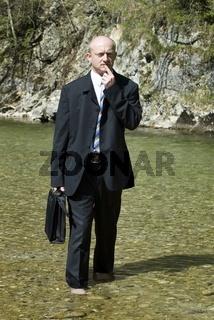 Businessmann am Gebirgsbach