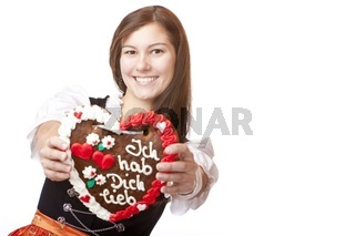 Junge, glücklich lachende Frau im Dirndl Kleid hält  Oktoberfest