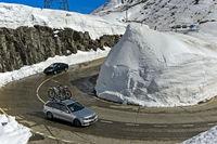 Haarnadekurvel um einen Schneekegel an der Passtrasse über den Gotthardpass