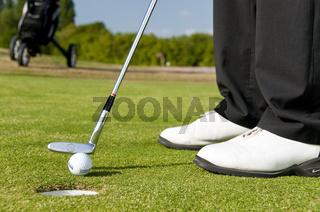 Putten, einlochen auf dem Golfplatz, Detail