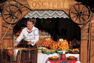 Ein Marktstand mit Backwahren auf den Rynek Glowny Platz in der Altstadt von Krakau im sueden von Polen.