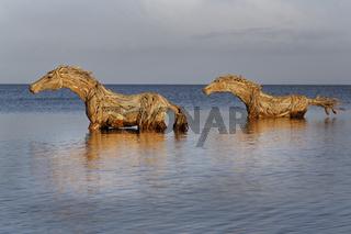 Kunst auf Sylt, Strohpferde im Wasser, Sylt, Nordfriesische Inseln, Schleswig-Holstein, Deutschland