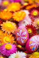 Ostereier mit Trockenblumen