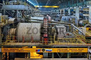 Kugelmühle zur Zerkleinerung von Kupfererzgestein mit Parolen in Russisch und Mongolisch,Erdenet