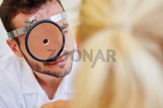 Facharzt untersucht eine Patientin