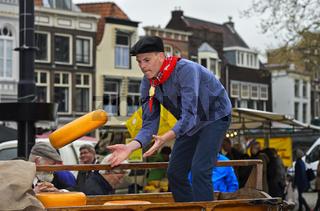 Holländische Käsejungen verladen Gouda Käselaibe, Gouda, Niederlande