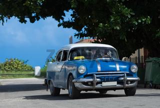 Amerikanischer blauer Oldtimer in Varadero Kuba - Serie Kuba 2016 Reportage