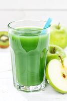 Grüner Smoothie Saft Apfel grün Kiwi Spinat Glas Hochformat Fruchtsaft Frucht Früchte