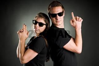 gefährliches paar in schwarz