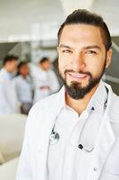 Mann als Oberarzt mit Verantwortung