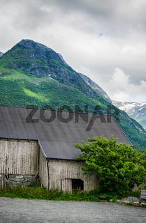 Wunderschöne Landschaft in Norwegen mit Holzschuppen