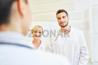 Ärzte als Kollegen bei einer Besprechung