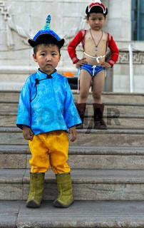 Zwei Knaben posieren als traditionelle Naadam Ringer, Ulanbator, Mongolei