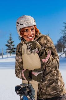 Portrait einer lachenden Snowboardfahrerin