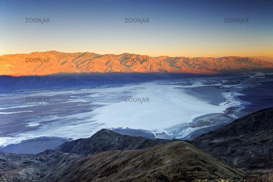 Blick von Dantes View, bei Sonnenaufgang, ueber Badwater Basin,