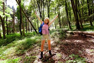 Frau in Natur beim Wandern