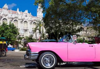Amerikanischer pink Cabriolet Oldtimer parkt in der Altstadt von Havanna Kuba