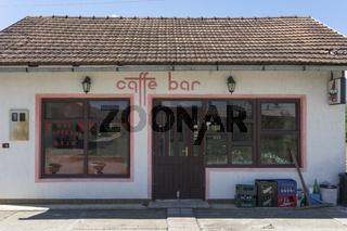 Cafe in der Hauptstrasse von Sanski Most, Bosnien