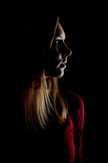 Junge blonde Frau nachts im Profil
