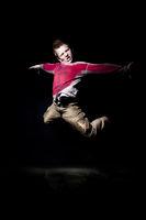 Junge springt wd682