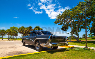 Heckansicht eines schwarzen amerikanischen Oldtimer unter blauem Himmel in Varadero Kuba - Serie Cuba Reportage