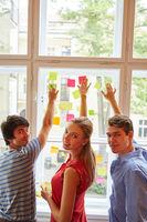 Team sammelt Ideen auf Zetteln