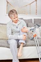 Seniorin hat Schmerzen im Knie