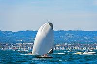 Segelboot mit Spinnaker Segel auf dem Genfersee