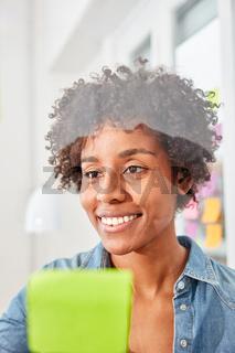 Junge multikulturelle Studentin als Business Frau