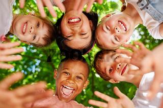 Kinder als Freunde bilden einen Kreis