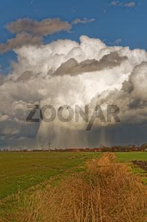Regenwolken ziehen über das Land