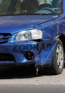 blauer Unfallwagen Ausschnitt Front, hochkant 2