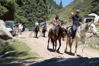 Reiter in der Grigorievka-Schlucht im Kungei-Alatoo-Gebirge, Yssykköl, Kirgisistan