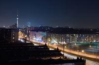 Berlin und Fernsehturm nachts mit Lichtern