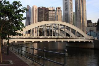 Blick auf über die Elgin-bridge auf das Finanzzentrum Singapur