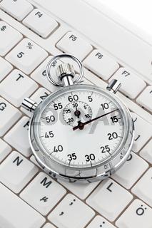 Uhr auf Computertastatur