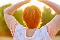 Ältere Frau macht Yoga Übung