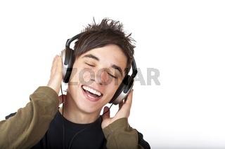 Jugendlicher hört mit Kopfhörer Musik und singt