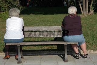 Zwei Frauen auf Sitzbank / Two women on bench