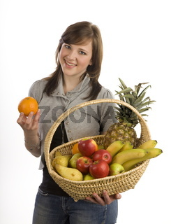 Junge Frau mit Obstkorb