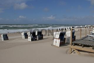 Strandkörbe nach einem Sturm