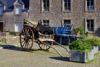 das mittelalterliche Dorf Locronan in der Bretagne alte Wagen, Frankreich - medieval village of Locronan and old wains , Brittany in France