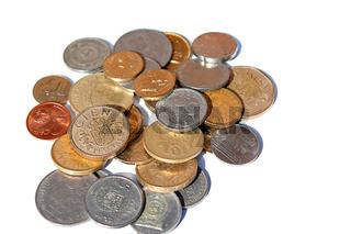 Ein Haufen Münzen verschiedener Währungen