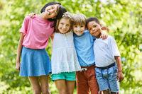Kinder stehen als Freunde Seite an Seite