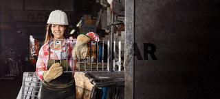 Frau macht Ausbildung in Schlosserei