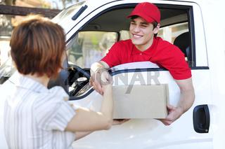 freundlicher Paketdienst übergibt Päckchen