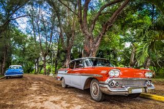 HDR - Rot weisser amerikanischer Oldtimer parkt in Santa Clara Kuba - Serie Cuba Reportage