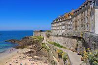 Saint-Malo Strand in der Bretagne, Frankreich - walled town of Saint-Malo beach in Brittany, France